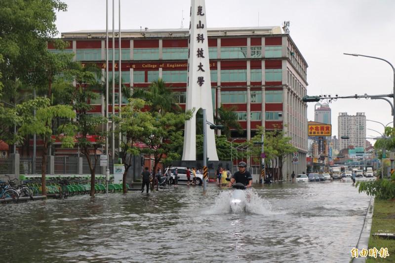 崑山科大校門前,每逢強降雨馬路就會積淹水。(記者萬于甄攝)