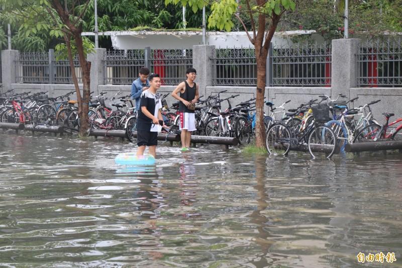 學生一度連游泳圈都拿出來應急。(記者萬于甄攝)