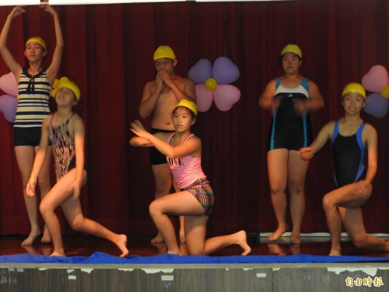 埔里溪南國小將多項球類及游泳、水上芭蕾等項目動作融入舞蹈中,也獲得業者好評。(記者佟振國攝)