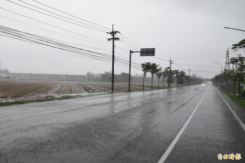雲林斗南、大埤今天中午降起間歇性大雨。(記者黃淑莉攝)