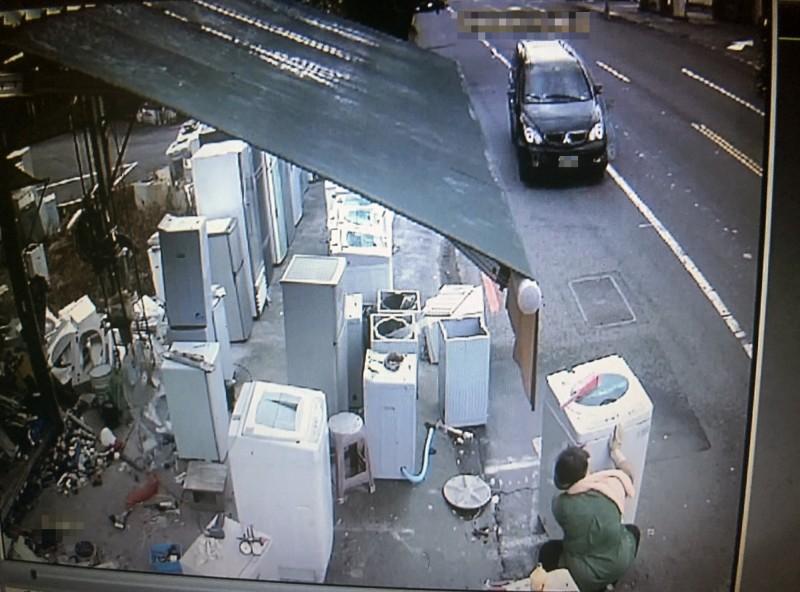 黑色休旅車已方向盤打偏開到機車道,而機車道最裡面有工人正在清洗洗衣機。(圖擷自監視錄影畫面)