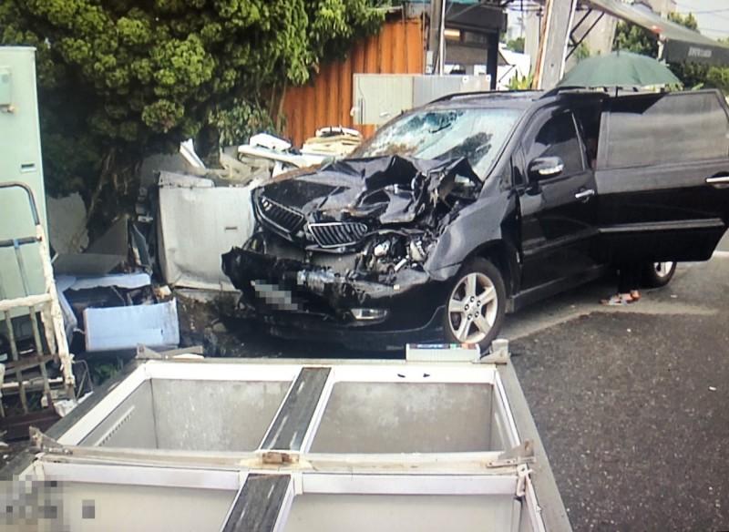黑色休旅車車頭撞毀。(民眾提供)