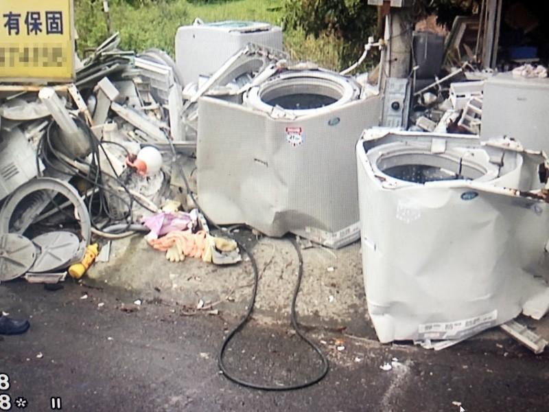 店家放在店外的中古洗衣機,有多台被撞壞。(民眾提供)