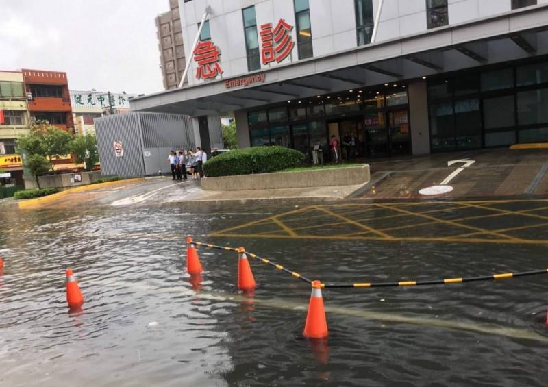 梅雨鋒面降下大量雨量,員林基督教醫院周邊道路出現淹水。(記者陳冠備翻攝)