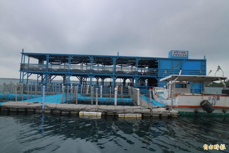 澎湖縣政府突襲檢查海上平台船,一家業者不符合規定。(記者劉禹慶攝)