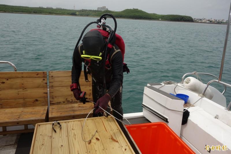 旅遊處雇請潛水人員下海蒐證,證實平台業者未依規定堵塞溢流孔。(記者劉禹慶攝)