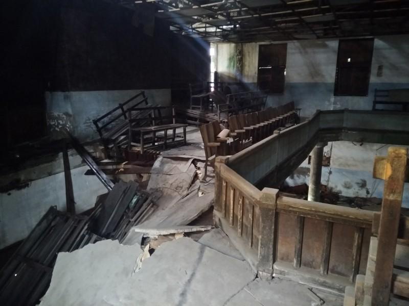 電姬戲院2樓部分塌陷。(記者劉婉君翻攝)