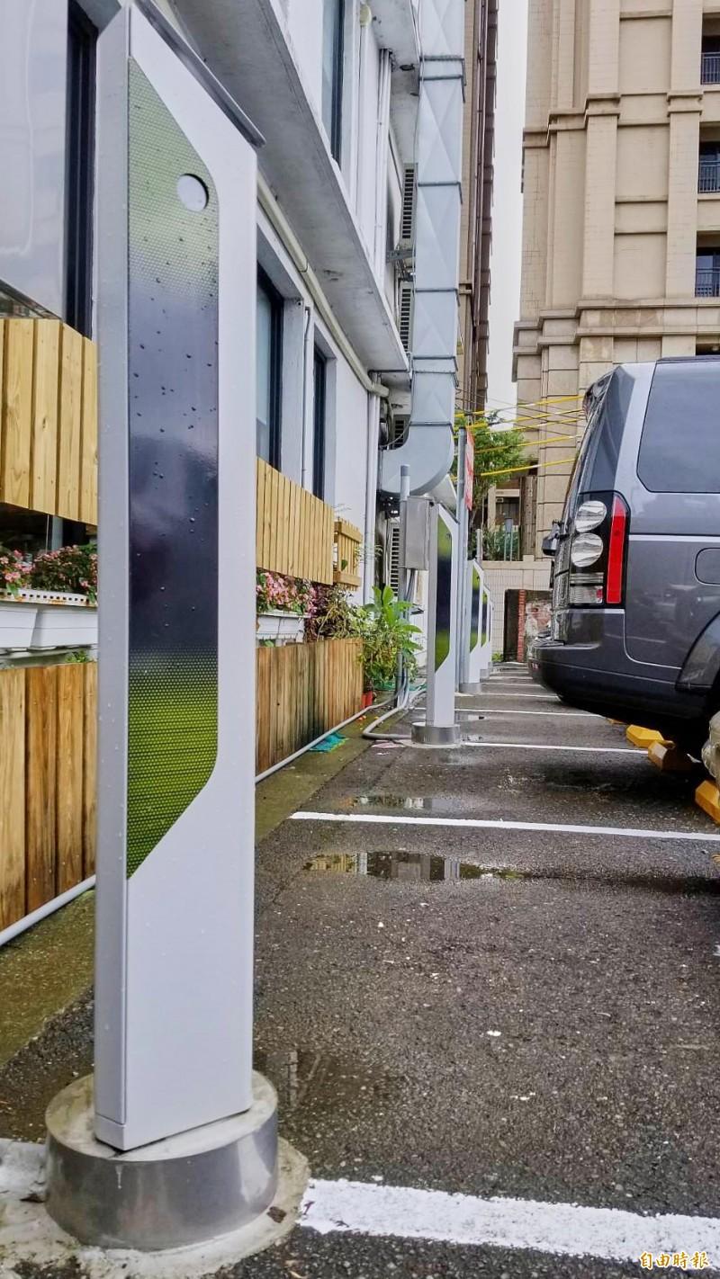 新竹市首座影像智慧停車柱,採無人管理的車牌辨識系統,停好車要離場時,只要輸入車號,就可在繳費亭繳費後駛出車輛,停車繳費更便利。(記者洪美秀攝)