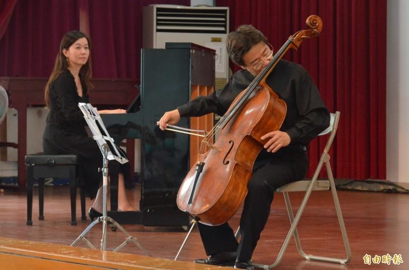大提琴家張正傑獻出左手受傷期間單手演奏、以鼻按弦的創作,贏得滿堂彩。(記者李立法攝)