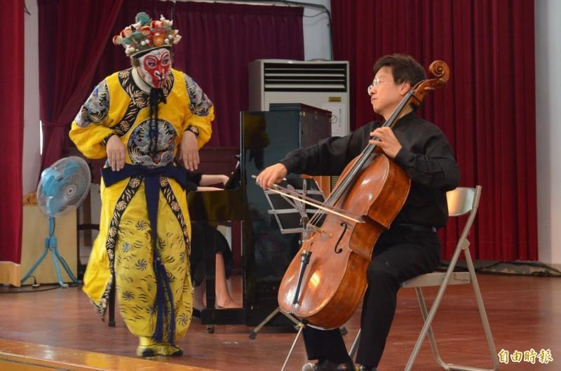 曾獲金鐘獎的知名京劇演員「美猴王」朱陸豪,與大提琴家張正傑搭配演出,是聽覺及視覺的饗宴。(記者李立法攝)
