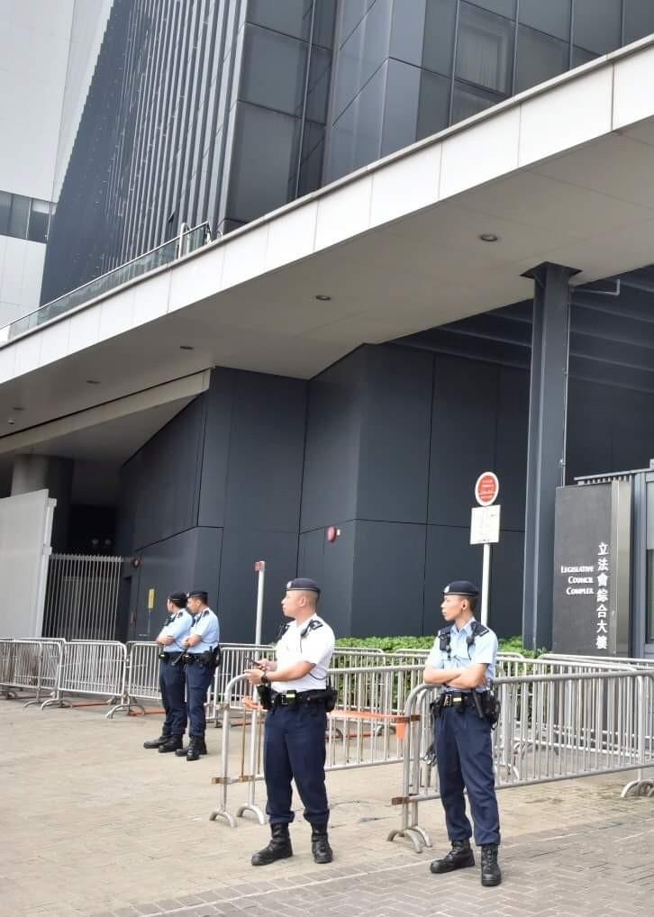 香港立法會外示威區今遭封閉,明天議員助理恐被限制進出。(讀者提供)