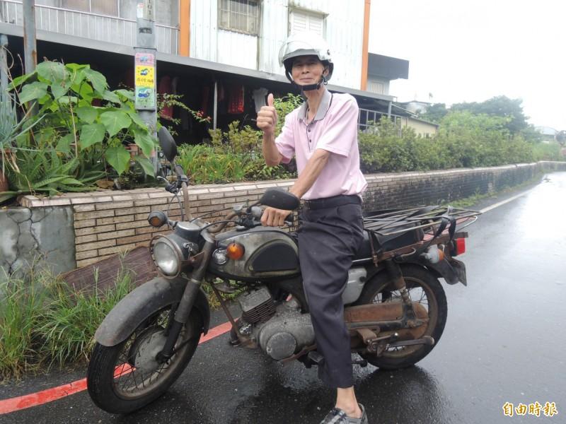 宜蘭縣製麵工會理事長游田金,常騎著48年車齡的骨董機車趴趴走。(記者江志雄攝)
