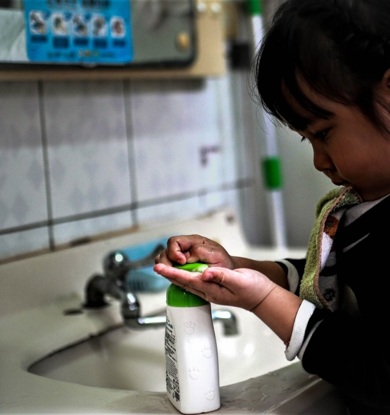 宜蘭縣腸病毒進入流行高峰,衛生局提醒學童在校應勤洗手,杜絕病毒傳染。(記者張議晨翻攝)