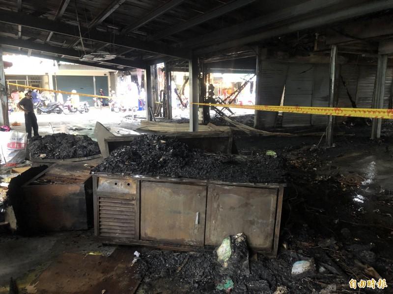埔里鎮最熱鬧的第三市場戶外攤區日前發生大火,80個攤位付之一炬,現場一片狼籍。(記者佟振國攝)