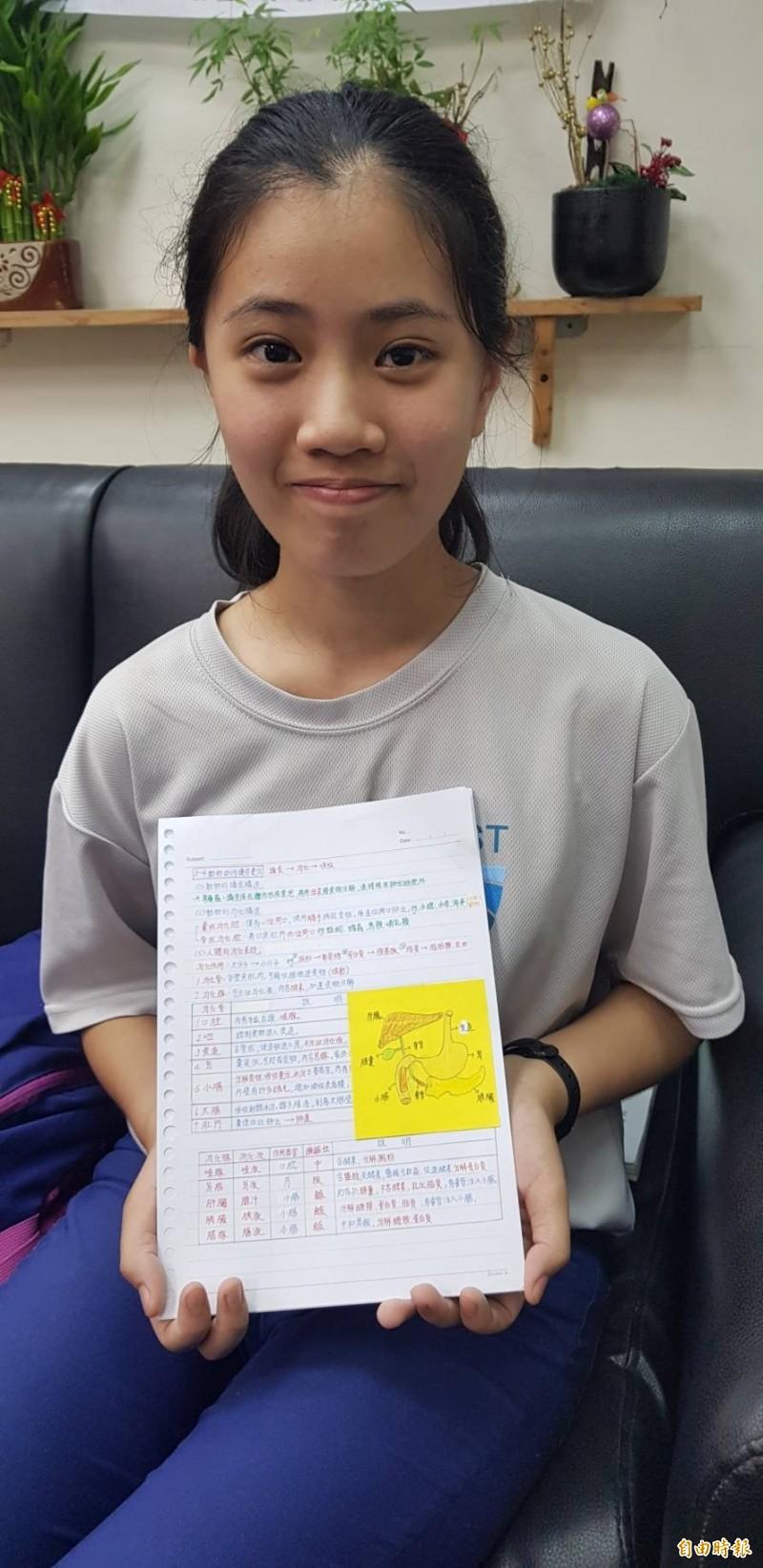 基隆市百福國中女學生董珈甄整理筆記有一套,被老師同學戲稱為「筆記公主」,字跡工整整理重點輕重有別,她的筆記在同學間十分搶手,她也樂於分享。(記者俞肇福攝)