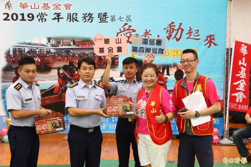 海巡人員當志工服務華山基金會阿公阿嬤。(記者林宜樟攝)