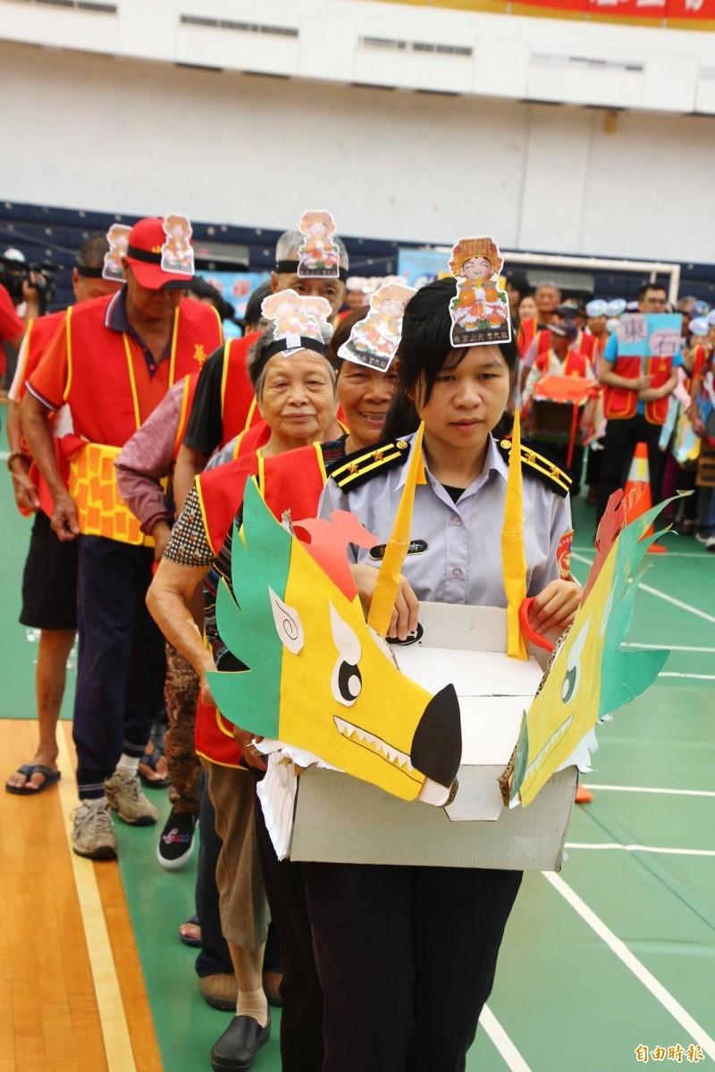 華山基金會服務的阿公阿嬤和志工們一起創作的紙箱龍舟。(記者林宜樟攝)