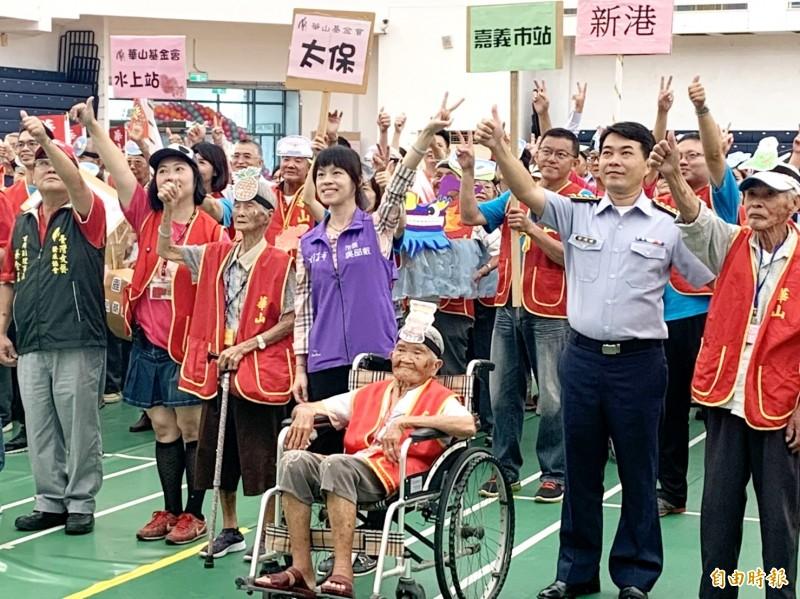 朴子市長吳品叡(中)一同參與華山基金會舉辦的活動。(記者林宜樟攝)