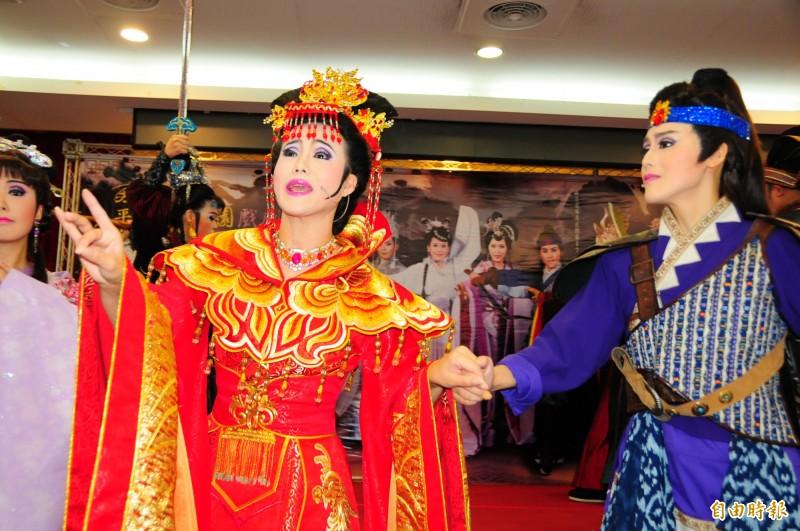 孫翠鳳的2個女兒陳昭婷(左)、陳昭賢(右)在明華園90周年新戲《龍城爭霸》有挑大樑的演出。(記者花孟璟攝)