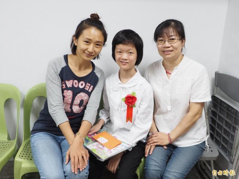 慈濟醫院護理長何亞蓁(左)參加奕璇(中)的畢業典禮,還送上卡片和禮物,讓奕璇非常開心。(記者陳鳳麗攝)