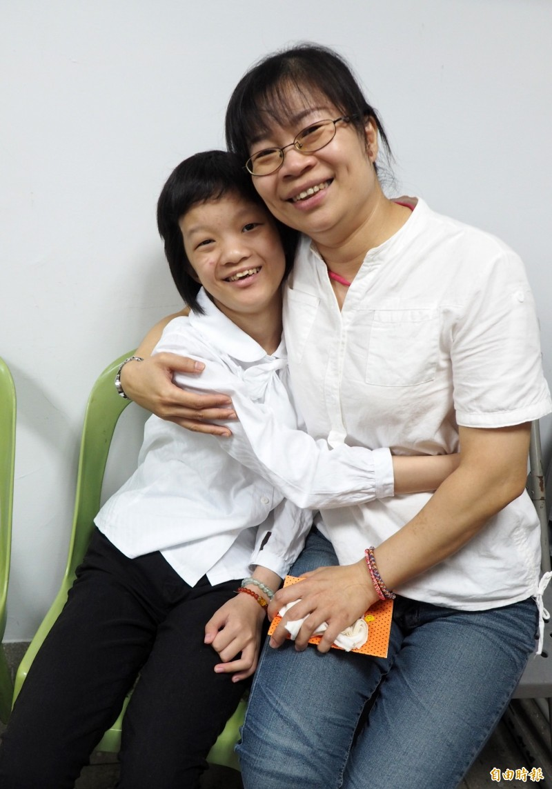奕璇生病後常擁抱媽媽王文君,向她表達感謝和愛意。(記者陳鳳麗攝)