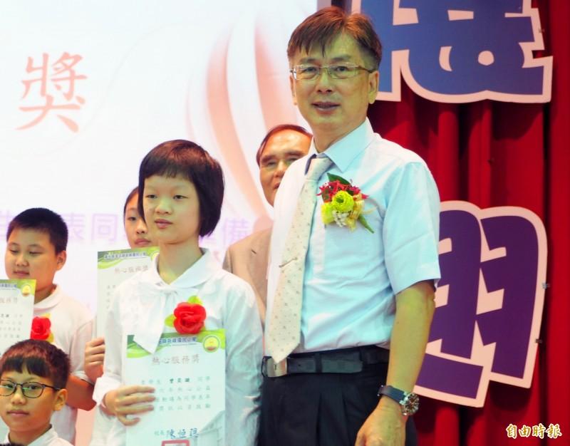 曾奕璇也獲得熱心服獎,上台接受校長陳恒聰的頒獎。(記者陳鳳麗攝)