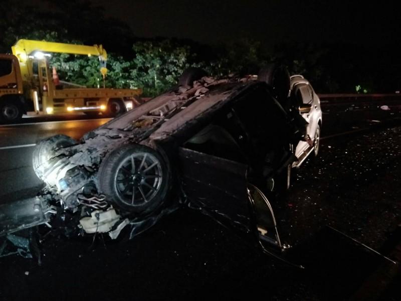 車禍撞擊力道猛烈,導致其中一輛自小客車翻覆。(記者萬于甄翻攝)