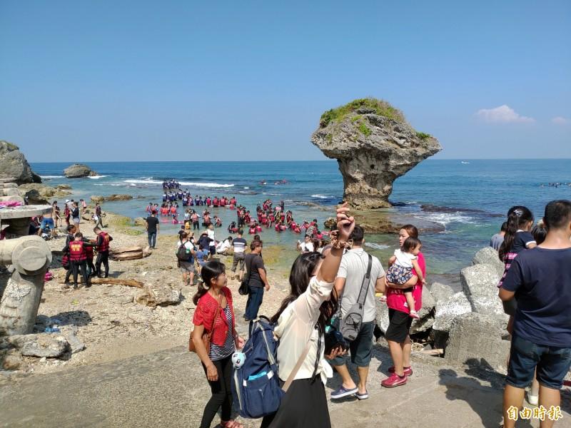 花瓶岩是島上地標,潮間帶遊客如織,卻也脫序事件頻傳。(記者陳彥廷攝)