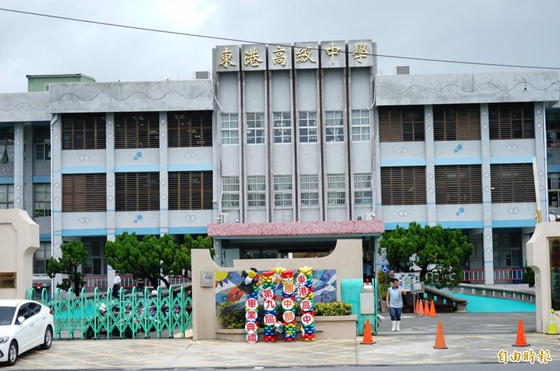 東港高中是完全中學,學生多校地小,國高中畢典得隔一週辦,整併、分拆議題再掀討論。(記者陳彥廷攝)
