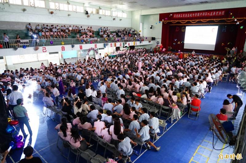 東港高中是完全中學,學生多校地小,國高中畢典得隔一週辦。(記者陳彥廷攝)