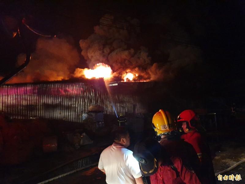南市消防局連續出動20部消防車輛與大批警義消,徹夜接力滅火。(記者王涵平攝)