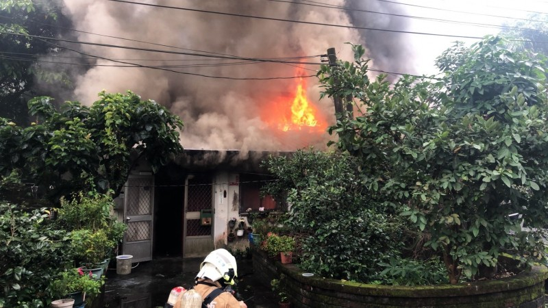 基隆市仁二路137巷一樓民宅今天上午發生火警,火勢猛烈,濃煙竄天。(記者林嘉東翻攝)