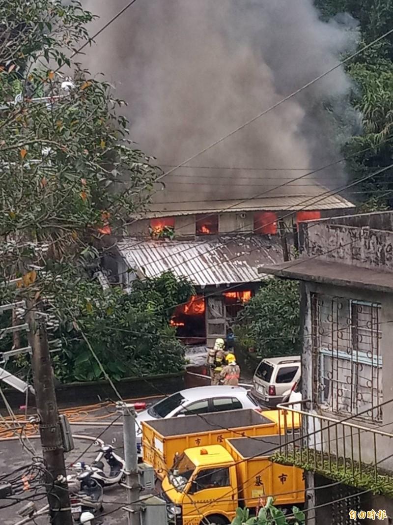 基隆市仁二路137巷民宅今天上午發生火警,火勢猛烈,濃煙竄天,屋內已全面燃燒,消防員佈水線灌救。(記者林嘉東攝)
