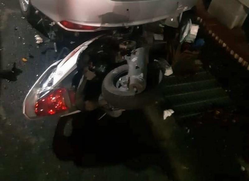 朱女前晚赴醫院搶救阿羅哈傷患,不料返家途中被賓士車撞命危,朱女騎乘的機車嚴重毀損。(翻攝臉書彰化踢爆網)