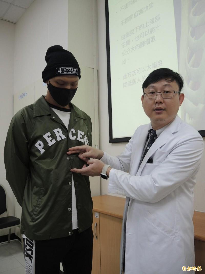 張統優從陳姓大學生的胸骨底端取出腫瘤。(記者翁聿煌攝)