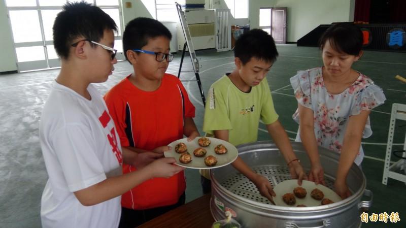 官田國小學生練廚藝,準備6月17日晚上的謝師宴。(記者楊金城攝)