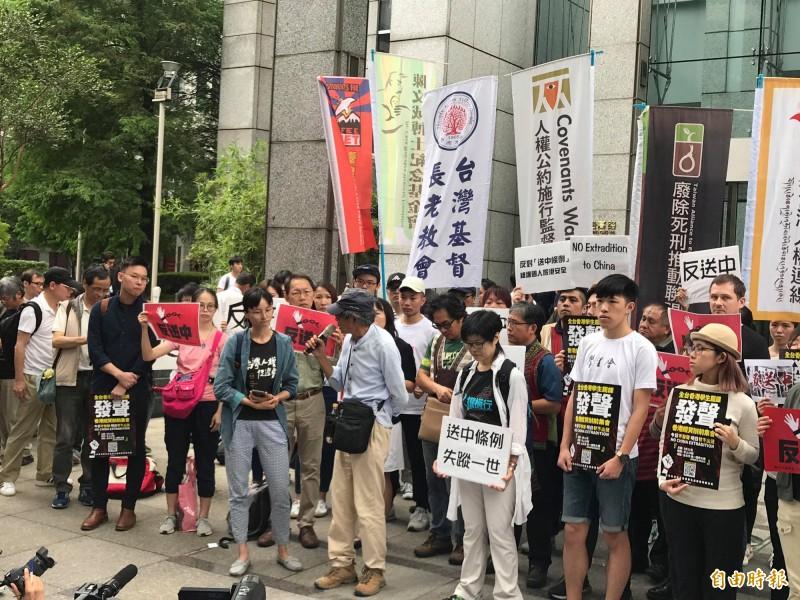 多個台灣民間團體今在香港駐台北經貿辦事處前舉行記者會,包含香港銅鑼灣書店前店長林榮基(中)與島國前進發起人林飛帆(左穿藍衣者)都到場聲援。(記者彭琬馨攝)