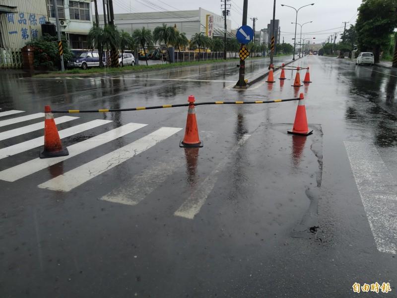 仁武區竹楠路與南亞街口,兩個多月前才剛重鋪柏油,如今又出現積水的坑洞。(記者洪定宏攝)