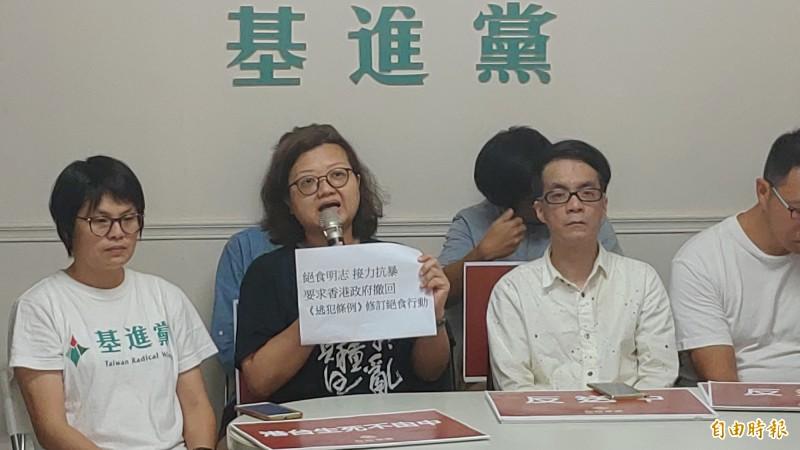 在台港人鍾慧沁(左二)說,「很多台灣人只要聽到發大財、經濟好,即使被中國統一都沒關係,請看一下香港發生的事。」(記者蔡文居攝)