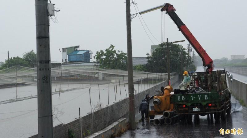 虎尾公所協助增設移動式抽水機。(記者廖淑玲攝)