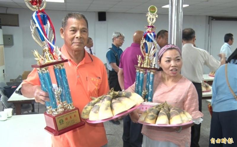 基隆資深筍農陳德利(左)拿下特等獎殊榮,陳德利的姪女陳燕樺(右)也拿到壹等獎。(記者林欣漢攝)