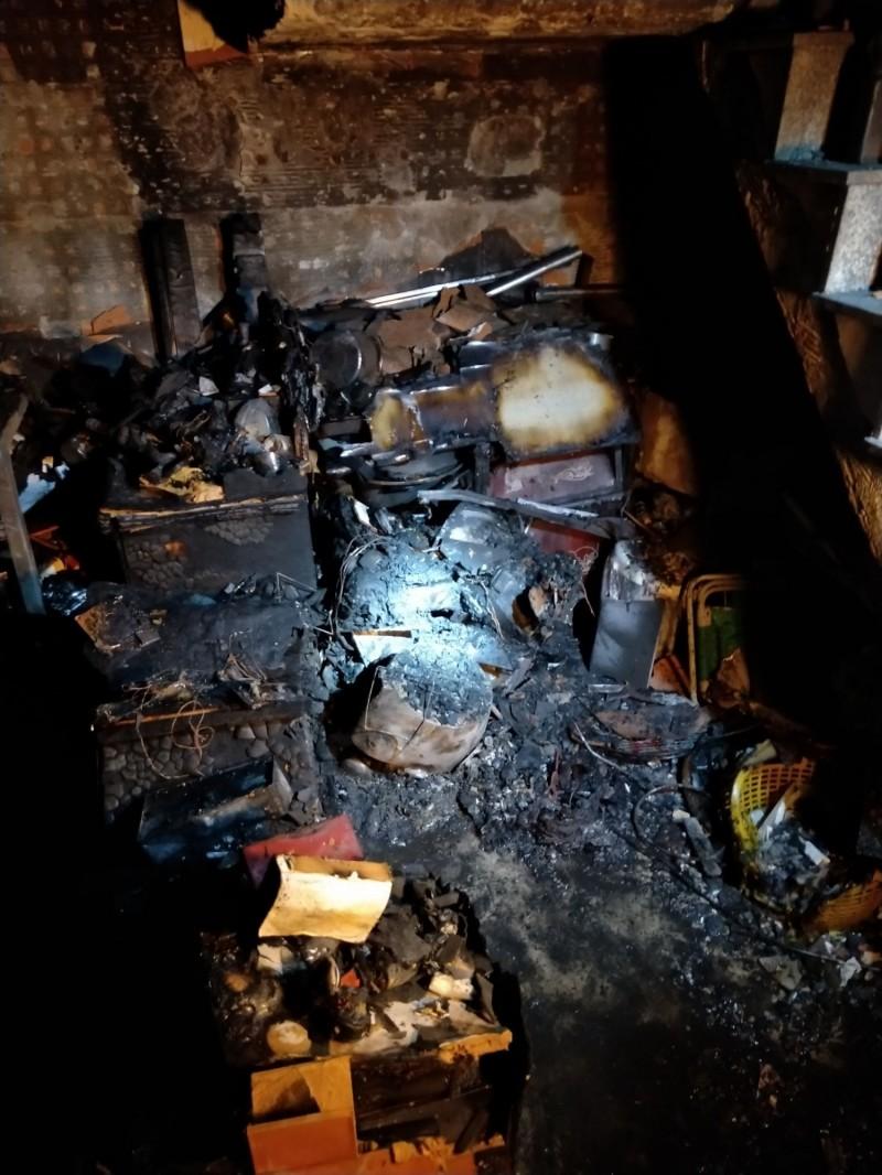 一樓電視櫃被燒毀。(記者洪定宏翻攝)