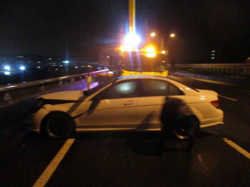 白色小客車在台74號快速道路撞護欄後,棄車逃逸,警方正通知車主到案說明。(記者歐素美翻攝)