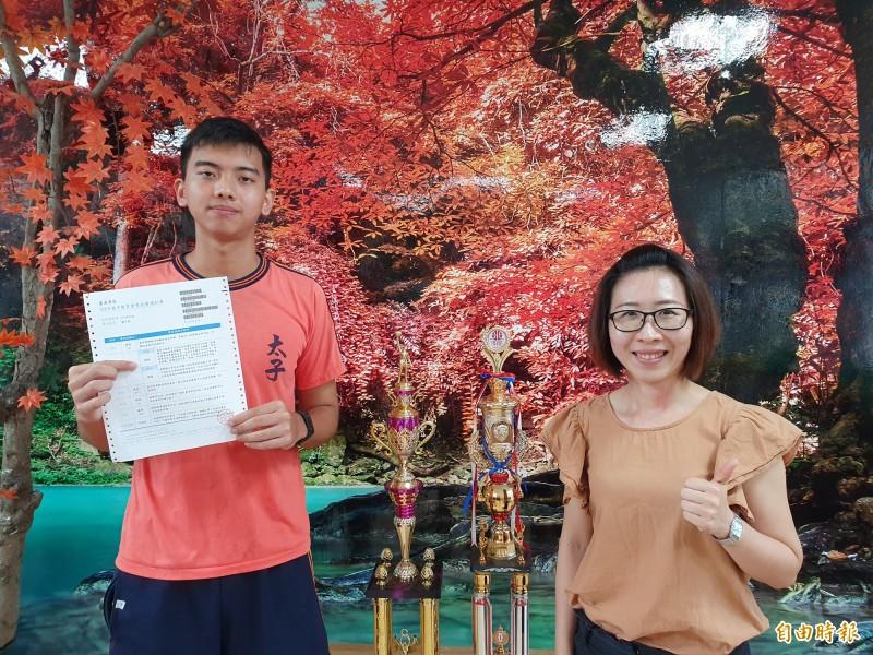 太子國中出現教育會考以來首位5A學生,潘子敬(左)是籃球隊主將,利用訓練空檔勤念書,將就讀南一中,希望將來能學醫,輔導室主任梁議如(右)也稱讚。(記者王涵平攝)