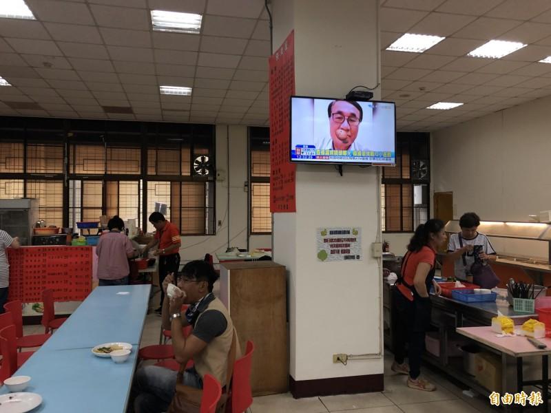 台中市政府陽明市政大樓地下室餐廳,中午用餐時間電視只看中天,引來民眾質疑。(記者歐素美攝)