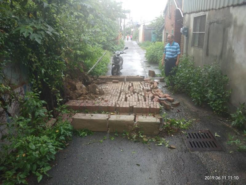 連日降雨,苑裡鎮老屋磚牆整片倒了。(記者蔡政珉翻攝)