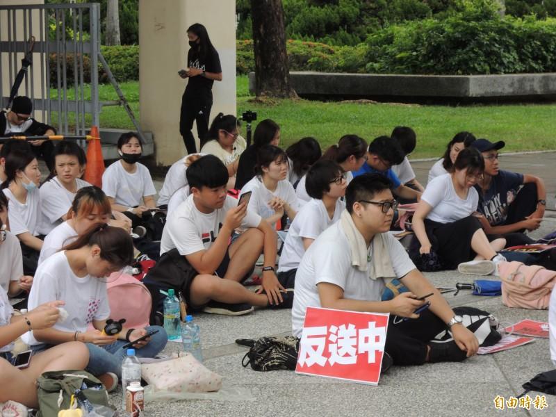數十位中南部港生齊聚高雄文化中心,表達香港人抗議逃犯條例的心聲。(記者王榮祥攝)