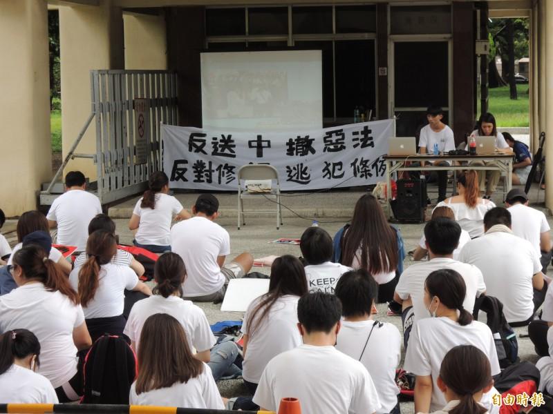 高雄港生透過轉播螢幕,關心香港反逃犯條例運動情況。(記者王榮祥攝)