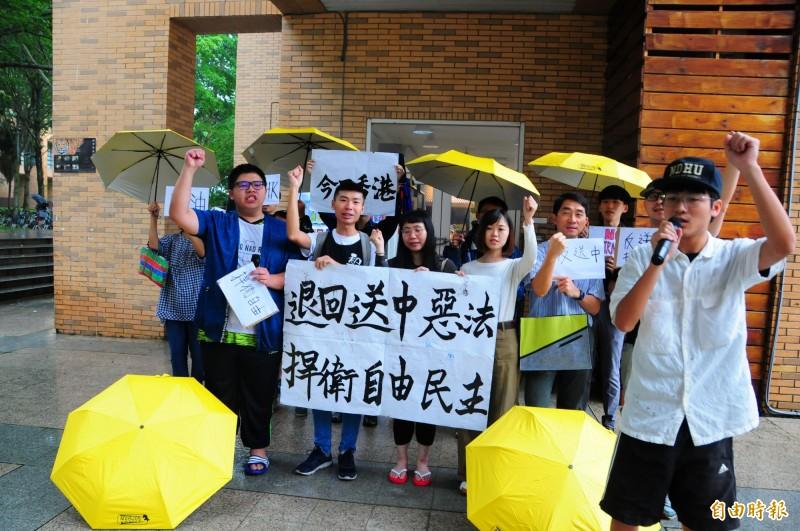 「退回送中惡法,捍衛自由民主」!東華大學包括學生會、烏頭翁社、烏勇社等社團及多位台灣香港學生站出來呼口號表達聲援香港反送中示威。(記者花孟璟攝)