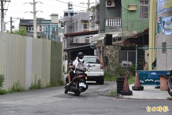 屏東市林森路一巷的通道,連汽車都擠進來,相當危險。(記者葉永騫攝)